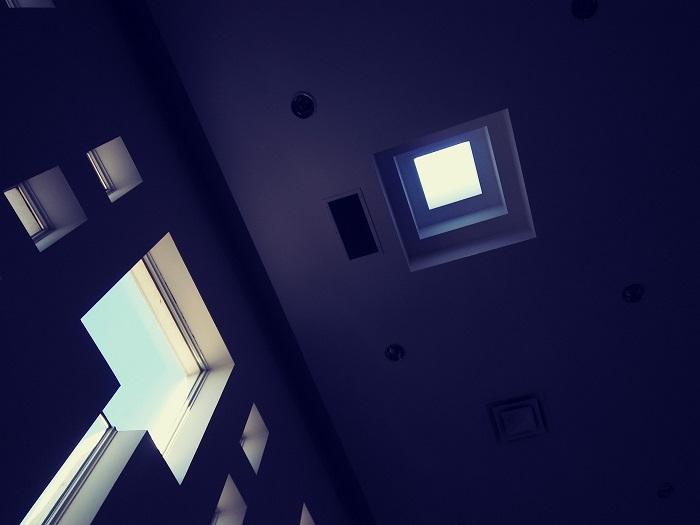 Strešné okno vo výškovej budove